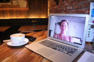 Avec la visioconférénce (Skype, Hangouts, Duo ou Facetime), rien de plus simple que des cours de conversation où que vous soyez !